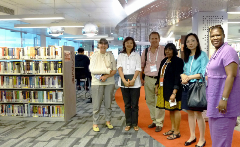 SP Library Director Mrs Fang Sin Guek (second from left) with Ms Helen Durndell (extreme left) and other IFLA delegates at Da Vinci Level.